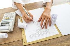 Buchhalter oder Finanzberater, welche die Empfänge überprüfen und vergleichen lizenzfreie stockbilder