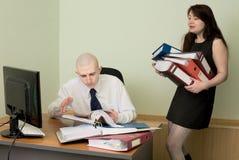 Buchhalter und der Sekretär auf einem Arbeitsplatz lizenzfreie stockfotografie