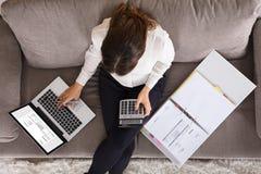 Buchhalter-Woman Calculating Finance-Rechnung unter Verwendung des Taschenrechners lizenzfreies stockbild