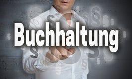 Buchhaltung i tysk redovisningspekskärm fungeras av mor Arkivfoto