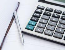 Buchhaltungs-Werkzeuge mit Tagesordnung, Taschenrechner und Stift Büro Financia Lizenzfreies Stockfoto
