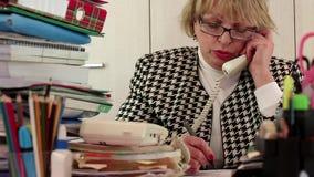 Buchhaltungsleiter der älteren Frau in den Gläsern spricht am Telefon stock video footage