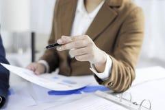 Buchhaltungsplanung, Vermögensverwaltung, Berater treffend, Managementbericht, Darstellung von Ideen lizenzfreies stockfoto