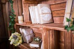 Buchhaufen auf Regal mit Blumen Lizenzfreie Stockbilder