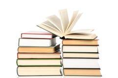 Buchhaufen lokalisiert auf weißem Hintergrund Lizenzfreie Stockbilder