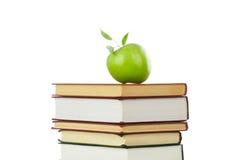 Buchhaufen und ein Apfel Lizenzfreie Stockfotos