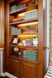 Buchkasten im Luxuswohnzimmer Lizenzfreies Stockbild