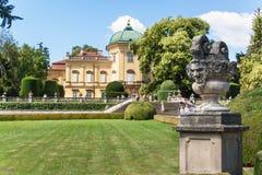 Buchlovice,捷克, 2017年7月29日:巴洛克式的大别墅Buchlovice,建筑在1700前开始 庭院开头  免版税库存照片