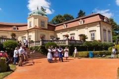 Buchlovice,捷克, 2017年7月29日:巴洛克式的大别墅Buchlovice,建筑在1700前开始 庭院开头  库存图片