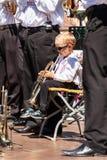 Buchlovice, República Checa, o 29 de julho de 2017: O rapaz pequeno joga a trombeta em festividades populares Criança dotado Colh Imagens de Stock