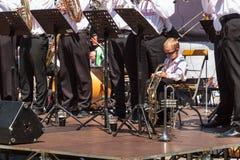 Buchlovice, República Checa, o 29 de julho de 2017: O rapaz pequeno joga a trombeta em festividades populares Criança dotado Colh Imagens de Stock Royalty Free