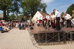 Buchlovice, República Checa, o 23 de julho de 2016: Celebração do alho Celebrações tradicionais da colheita dos fazendeiros do al Imagem de Stock