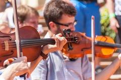 Buchlovice Tjeckien, Juli 29, 2017: Man att spela fiolen på folk festivaler i slotten Buchlovice Traditionella bönder fotografering för bildbyråer