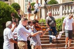 Buchlovice Tjeckien, Juli 29, 2017: Man att spela fiolen på folk festivaler i slotten Buchlovice Traditionella bönder arkivbilder