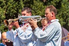Buchlovice Tjeckien, Juli 29, 2017: Traditionell mässingsmusikband på folk festivaler Traditionella bondeskördberömmar av G arkivfoton