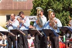 Buchlovice Tjeckien, Juli 29, 2017: Traditionell mässingsmusikband på folk festivaler Traditionella bondeskördberömmar av G arkivbild