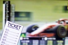 Buchmacherkarte auf dem Hintergrund des Fernsehens, auf dem Show der Sport die Formel läuft, den wettenden Sport, Buchmacher stockfotos