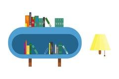 Buchregal mit Büchern und Wandlampe Lizenzfreies Stockfoto