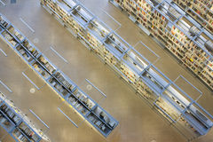 Buchregale in der Bibliothek stockfoto