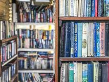 Buchregale in einer Bibliothek lizenzfreie stockfotos