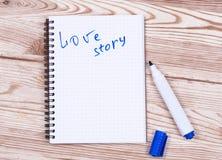 Buchschreibensliebesgeschichte und -stift Stockfoto