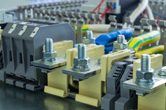 Buchsenanschlüsse im elektrischen Kabinett Stockbild