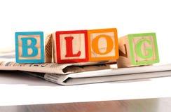 Buchstabe-Blöcke auf Zeitungen für ein Blog-Konzept Lizenzfreies Stockfoto
