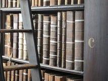 Buchstabe C in der Dreiheits-College-Bibliothek Stockfotografie
