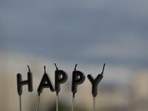 Buchstabe GLÜCKLICH von den Kerzen auf Fensterbretthintergrund Glückliches Konzept Stockfotos