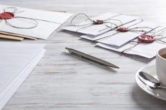 Buchstabe mit Dichtung auf Tabelle Stockbilder