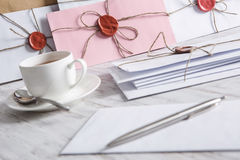 Buchstabe mit Dichtung auf Tabelle Lizenzfreie Stockbilder
