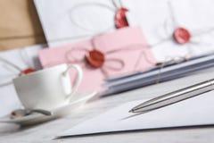 Buchstabe mit Dichtung auf Tabelle Stockfotos
