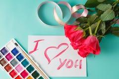 Buchstabe mit Liebesanmerkung, Rotrose mit Herzen Stockfotografie