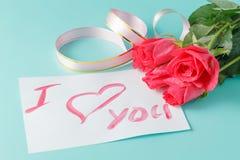 Buchstabe mit Liebesanmerkung, Rotrose mit Herzen Lizenzfreies Stockfoto