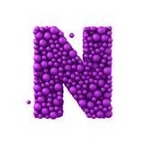 Buchstabe N, der von den Plastikperlen, die purpurroten Blasen, lokalisiert auf Weiß gemacht wird, 3d übertragen Stockfotos