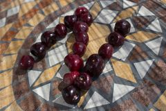 Buchstabe N machte mit cherrys, um einen Buchstaben des Alphabetes mit Früchten zu bilden Stockfotos
