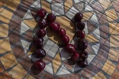 Buchstabe N machte mit cherrys, um einen Buchstaben des Alphabetes mit Früchten zu bilden Lizenzfreies Stockfoto