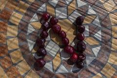 Buchstabe N machte mit cherrys, um einen Buchstaben des Alphabetes mit Früchten zu bilden Lizenzfreie Stockfotos