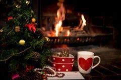 Buchstabe, Plätzchen und Milch für Santa Claus unter Weihnachtsbaum Stockfotos