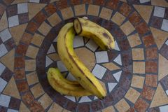 Buchstabe S machte mit Bananen, um einen Buchstaben des Alphabetes mit Früchten zu bilden Lizenzfreies Stockfoto