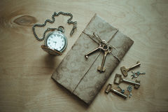 Buchstabe, Uhr und Schlüssel Stockfotografie