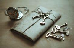 Buchstabe, Uhr und Schlüssel Lizenzfreie Stockfotos