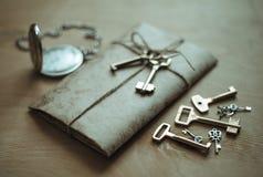 Buchstabe, Uhr und Schlüssel Stockfoto