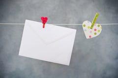 Buchstabe und Herz, die an der Wäscheleine hängen Lizenzfreie Stockbilder