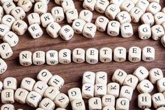 Buchstabe würfelt Wort - Newsletter Stockfotografie