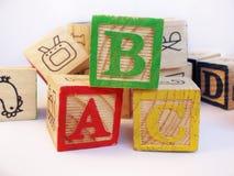 Buchstaben ABC auf Vorschule scherzt Holzklotz Stockbild