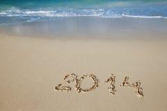 2014 Buchstaben auf Sand, Ozean, Strand und Meerblick Lizenzfreie Stockfotos