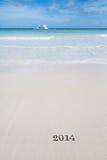 2014 Buchstaben auf Sand, Ozean, Strand und Meerblick Lizenzfreie Stockfotografie