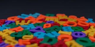 Buchstaben des Spielzeugalphabetes lizenzfreie stockfotos