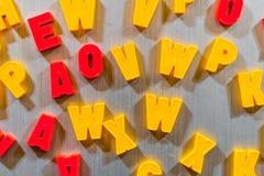 Buchstaben für das Unterrichten Kind-kyrillisch oder lateinisch stockfotos